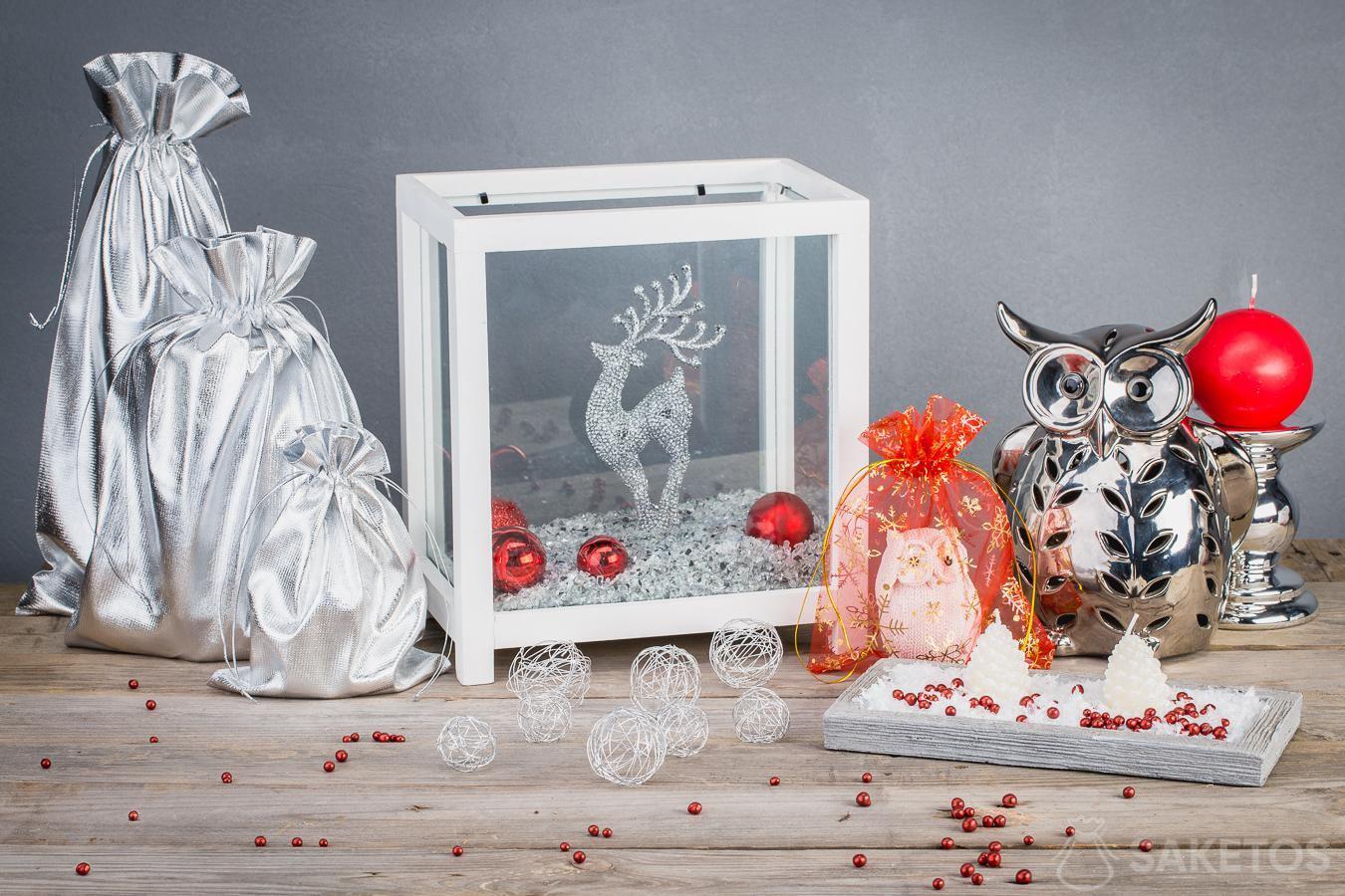 Metaliczne woreczki sprawiają, że ozdoby bożonarodzeniowe prezentują się nowocześnie
