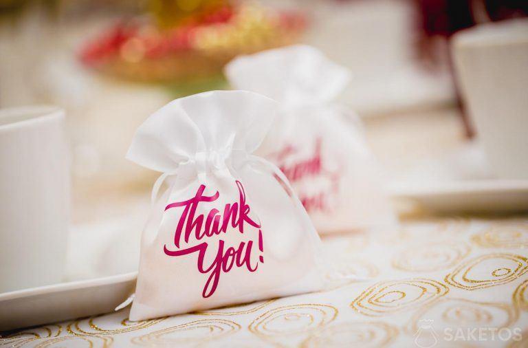 """Biały satynowy woreczek z różowym napisem """"Thank you"""""""