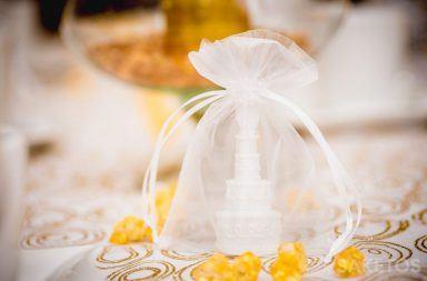 Elementy dekoracyjne stołu zapakowane w woreczki z organzy.
