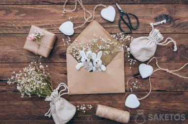 Lniany woreczek z gipsówką, pluszowe zajączki w kopercie i prezent opakowany w szary papier.