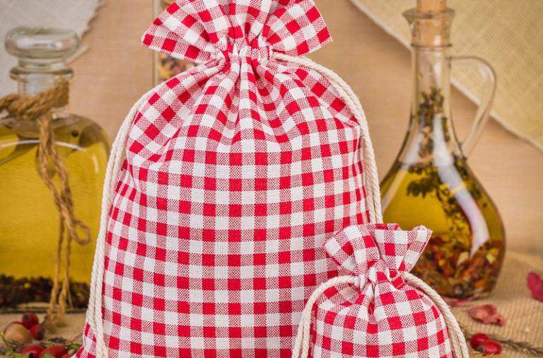 Lniane woreczki w kratkę w roli ozdoby kuchni