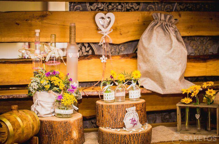 Ozdoby stołu weselnego w stylu rystykalnym - woreczki lniane i jutowe