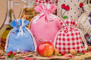 Kolorowe woreczki lniane z dekoracyjnymi nadrukami