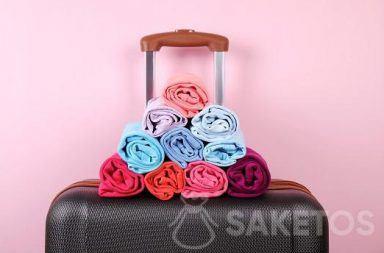 Pakowanie walizki - rolowanie ubrań