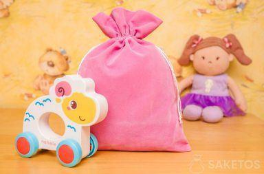 Woreczki z materiału welur znakomicie nadają się do dekoracyjnego przechowywania zabawek