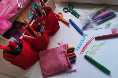 Woreczki na przybory plastyczne pomogą uporządkować wszystkie akcesoria w dziecięcym kąciku plastycznym.
